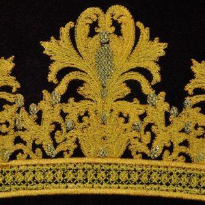 Вышивка на халате корона
